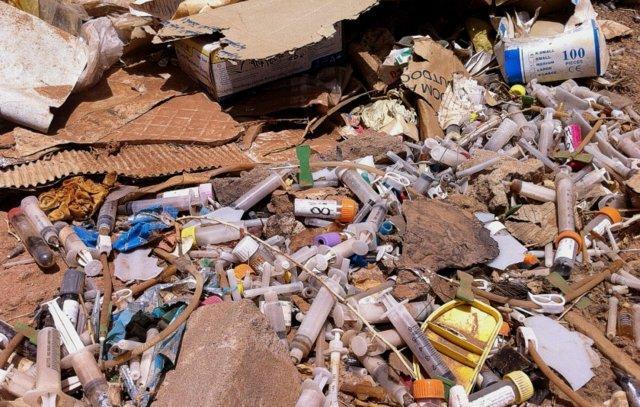 کوه زباله های خطرناک بیمارستانی در آرادکوه