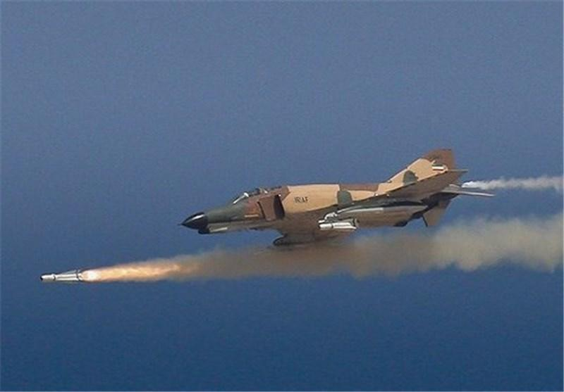 تهاجم موشکی جنگنده های ارتش به شناورهای دشمن فرضی در دریای عمان