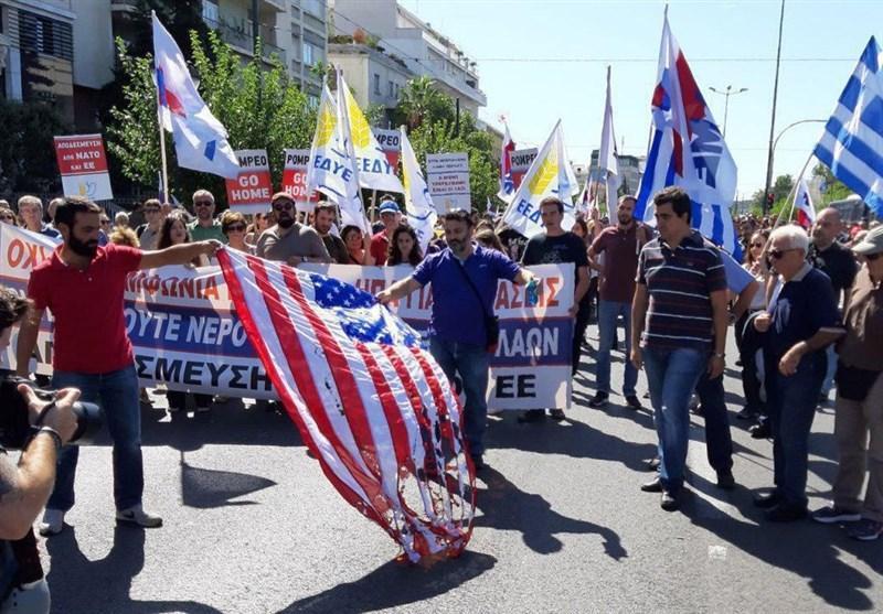 آتش زدن پرچم آمریکا در یونان همزمان با سفر پامپئو