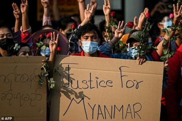 راهپیمایی هزاران نفری در میانمار علیه کودتای نظامی