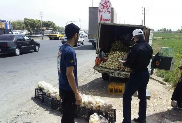 خبرنگاران پلیس با خودروهای فروش کالا در حاشیه محورهای اصلی برخورد می نماید